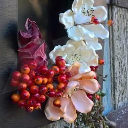 dekorace podzim, rámeček dekorovaný umělými latexovými květy v něžných barvách podzimu  doplněno zeleným převisem