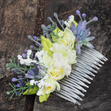 květinový hřebínek do vlasů, zdobený látkovými kvítky, lístečky a bobulemi