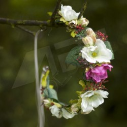květinový věneček, zavazování saténovou stuhou