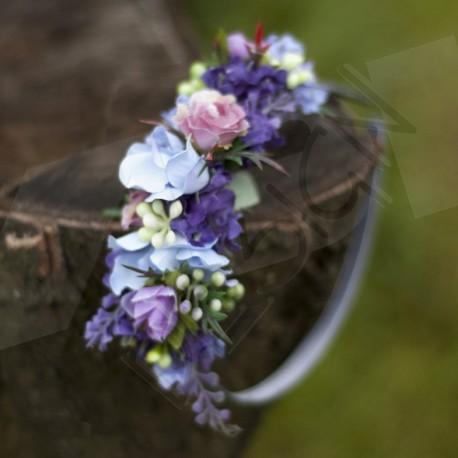 letní čelenka, saténová, zdobená umělými látkovými kvítky levandule a růžiček v modravém tónu