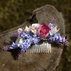 květinový hřebínek, zdobený umělými kvítky levandule a pryskyřníku
