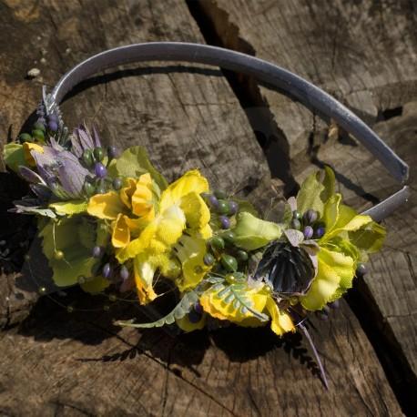 letní čelenka, saténová, zdobená umělými látkovými květy v modro-žlutém odstínu