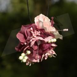 náhrdelník, přívěsek včetně černé šňůrky, umělé látkové květy v růžové a fialové, doplněno lístky, bobulkami a perličkami