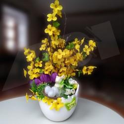 velikonoční dekorace v keramické skořápce, umělé větvičky zlatého deště, fialové krokusy, jarní kvítečky, doplněno keramickým za