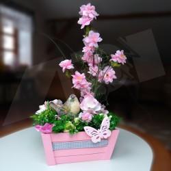 jarní dekorace, dřevěná bedýnka aranžována umělou větví rozkvetlé sakury, doplněno drobnými jarními kvítky a keramickým ptáčkem