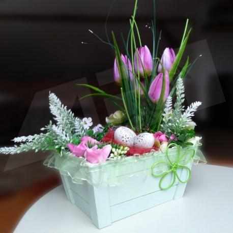 dřevěná bedýnka v zelenkavé barvě, aranžována jarními květy - tulipány, doplněno drobnými květy v pastelových barvách a velikono