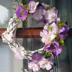 jarní věneček, bílý proutěný věneček ve fialovém tónu, aranžováno fialkovými květy sasanek, doplněno květy sakury, lístečky a bo