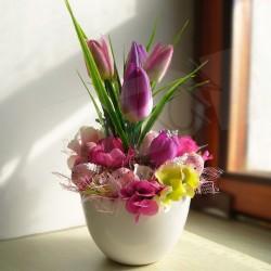 velikonoční dekorace, v tónech růžové, v keramické nádobě ve tvaru skořápky, umělé tulipány, květy sasanky a hortenzie