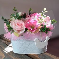 bílý plecháček aranžovaný umělými květy růží, hortenzie, doplněno velikonočními vajíčky a tylovou stuhou
