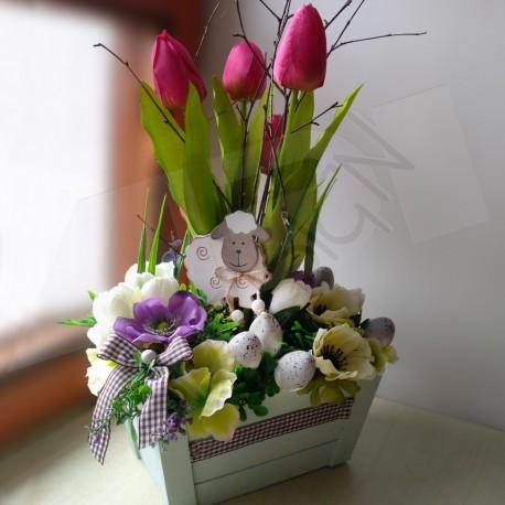 dřevěná zelenkavá bedýnka aranžována látovými tulipány, květy sasanek a krokusů  doplněno dřevěnou ovečkou a károvanou stuhou