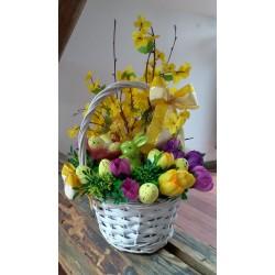 bílý proutěný velikonoční košík, aranžovaný umělými větvičkami zlatého deště, doplněno látkovými květy krokusů, umělou zelení, k