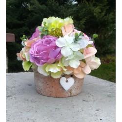 romantická dekorace, keramická nádoba s drobným bílým srdíčkem, bohatě aranžována látkovými květy růží,hortenzií a sasanek
