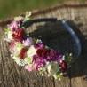čelenka do vlasů, zdobená umělými kvítky minirůžiček