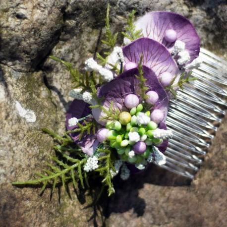 hřebínek do vlasů, květinový, s fialkovým nádechem, ozdobeno látkovými kvítky