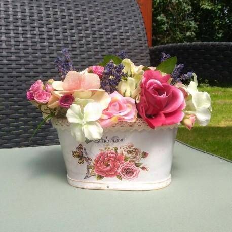letní košík, aranžováno látkovými umělými květy růží, hortenzií a umělou zelení