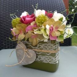 romantická dekorace, zdobená krajkou a dřevěným srdíčkem, látkové květy růží a hortenzií doplněny umělou zelení