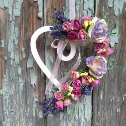 srdíčko na dveře, aranžované sušenou levandulí a látkovými květy minirůží