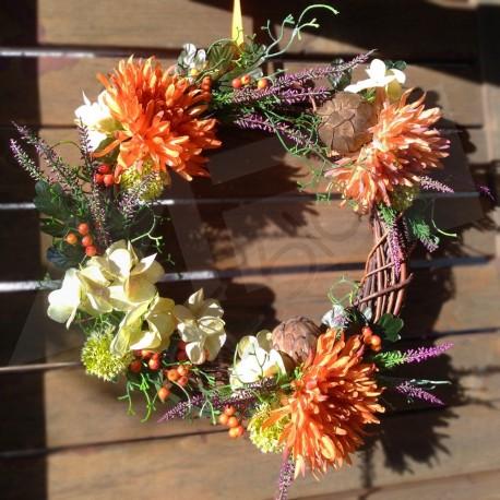 věnec z přírodního proutí, aranžovaný umělými látkovými květy, lístky a bobulkami