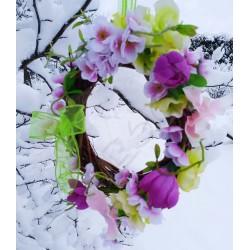 proutěný věneček s jarními kvítky, vhodný k zavěšení na dveře, okna  anebo do interiéru. Látkové květy doplněny umělou zelení