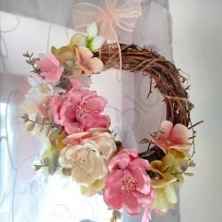 proutěný věneček s trochou jarní romantiky  vhodný k zavěšení na dveře, okna nebo jen tak do interiéru  aranžován látkovými a la