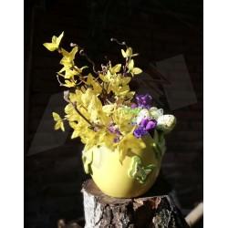 drobná velikonoční dekorace vhodná do interiéru  keramická nádoba ve tvaru skořápky   aranžována látkovými kvítky ve žlutém a fi