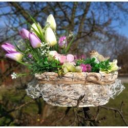 proutěný košík zdobený krajkou a provázkem  s jarním květinovým aranžmá - doplněno keramickým ptáčkem  dekorace vhodná do interi