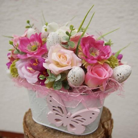 bílý plecháček aranžovaný v romantickém tónu  látkové květy hortenzie,sasanky a plané růže v odstínech růžové  doplněno velikono