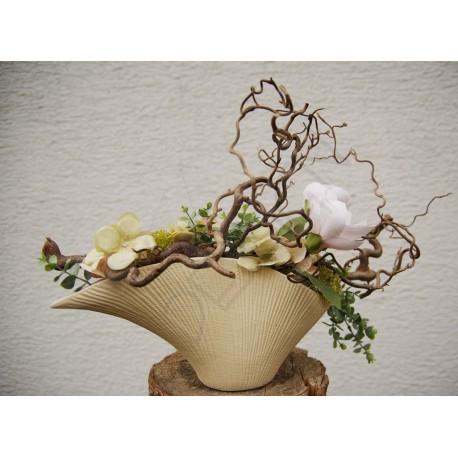 květinová dekorace vhodná do interiéru  přírodní keramická nádoba   aranžována větvičkami kroucené lísky  doplněno látkovými nar