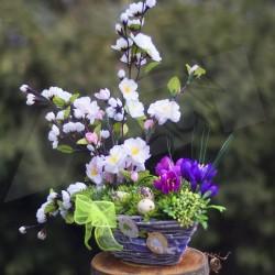 dekorace jaro, proutěný košík aranžovaný  větvičkami rozkvetlé jabloně, doplněno látkovými krokusy a křepelčími vajíčky