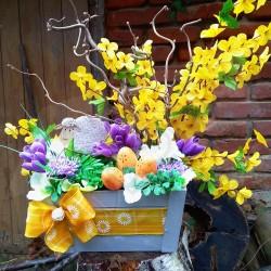 dřevěná bedýnka v šedé barvě zdobená žlutou stuhou  s jarními motivy  velikonoční dekorace s umělými větvičkami zlatého deště,