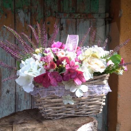 proutěný košík plný látkových květů  - růže, hortenzie, minirůžičky avřesy  doplněno bobulkami a umělou zelení