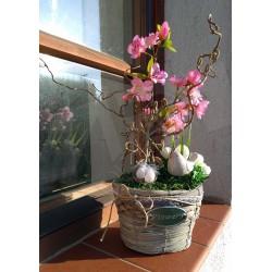 jarní košík v šedé barvě doplněný bavlněnou krajkou a provázkem  aranžovaný umělou sakurou a květy bílých krokusů  doplněno kera