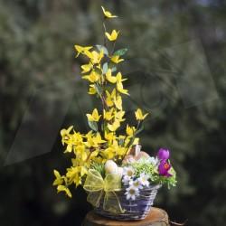jarní košík, proutěný patinovaný košík s keramickým zajíčkem a kraslicemi, aranžováno větvičkami zlatého deště a látkovými květy