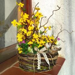 přírodní proutěný košík s jarními květy umělého zlatého deště  a krokusů, doplněno větvičkami lísky  a hnízdečkem  dekorace vhod