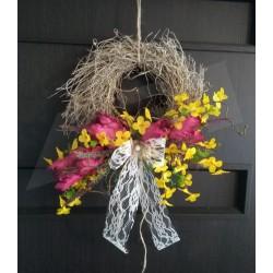 proutěný přírodní věneček  vhodný k zavěšení  aranžovaný látkovými jarními květy - tulipány a zaltý déšť  doplněno umělou zelen