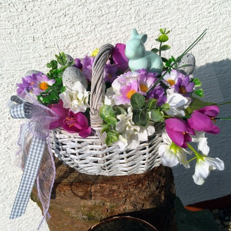 proutěný velikonoční košík v patinované šedé barvě  zdobený látkovými jarními květy krokusů, hortenzií  a umělou zelení