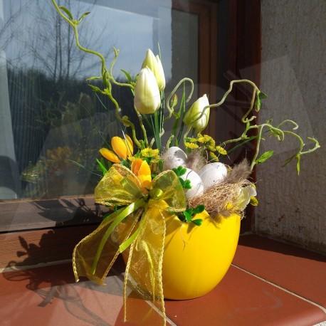 keramická nádoba ve tvaru skořápky ve žluté barvě  bohatě aranžována jarními látkovými květy  tulipánů, krokusů