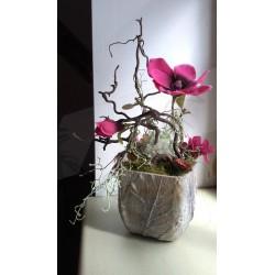 dekorace vhodná do interiéru  s výrazným textilním květem magnólie v růžovém tónu,  doplněno látkovými květy hortenzie a kaliny