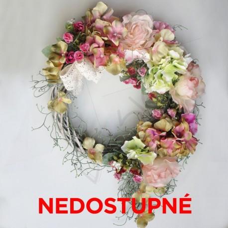 romantický věnec na dveře, aranžovaný kvalitními látkovými květy růží a hortenzií