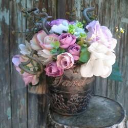 romantické květinové aranžmá v patinované kovové nádobě, bohatá dekorace z textilních růží a minirůžiček v jemných barvách