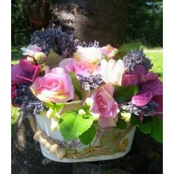 dekorace ve stylu Provence  textilní růžičky v odstínech růžové  aranžováno do dřevěného škopíku  doplněno sušenou levandulí
