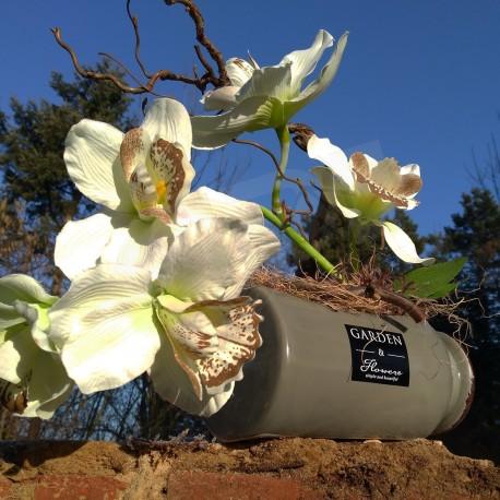 moderní jarní dekorace vhodná do interiéru, olivová keramická nádoba ve tvaru láhve, aranžována látkovou orchidejí