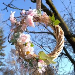 proutěný věneček v přírodní barvě,  aranžováno látkovými květy sakury, doplněno dřevěným ptáčkem