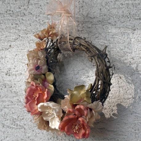 věneček na dveře, aranžovaný v romantickém tónu, látkové a latexové květy