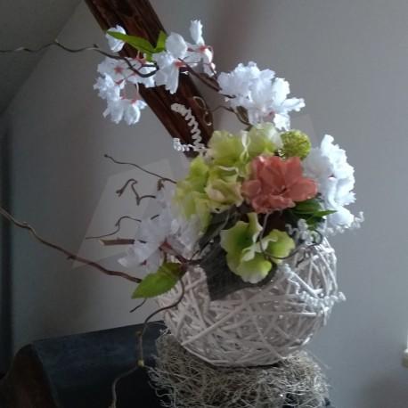 trochu netradiční jarní dekorace, proutěná koule aranžována umělými květy, větvičkami a umělou zelení