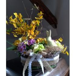 přírodní proutěný košíček doplněný stuhou z juty a krajkou, plný jarních látkových květů, doplněno keramickým zajíčkem