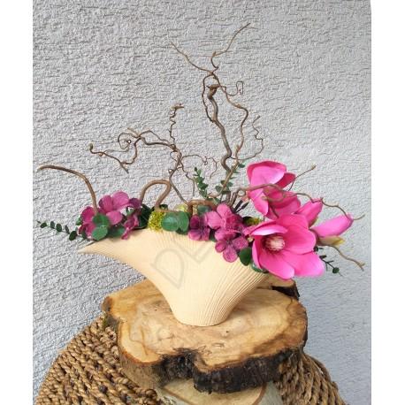 jarní dekorace v přírodní keramické nádobě, laděná v jarním tónu lehce růžové, větvičky kroucené lísky doplněny látkovými květy