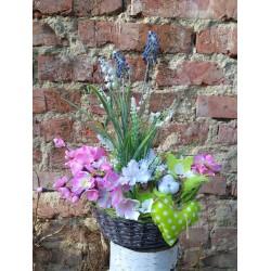 proutěný patinovaný košík plný jarních květů ve svěžích barvách konvalinky, hortenzie - doplněno zelení, hnízdečkem, slepičkou