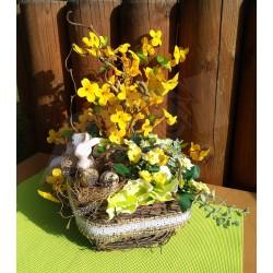 přírodní proutěný košík, doplněný jutovou stuhou a krajkou, aranžováno větvičkami zlatého deště a květy kalanchoe, se zajíčkem