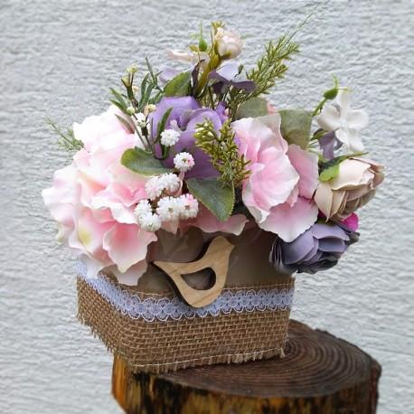 dekorace v keramické nádobě, doplněné jutou a dřevěným ptáčkem, bohatě aranžována květy růží a hortenzií v něžných barvách